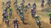 Αγώνας moto cross στην πίστα στο Πέι